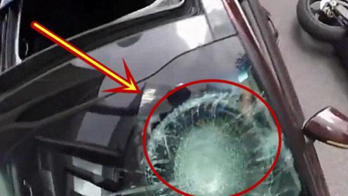 摩托车与轿车发生事故,摩托男子一脚踹碎挡风玻璃,这用不用赔钱