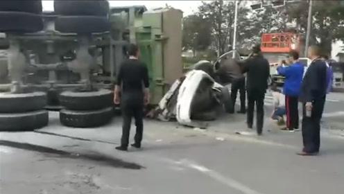 苏州一辆大货车失控侧翻砸压驾校教练车 驾驶学员死亡货车司机被控制