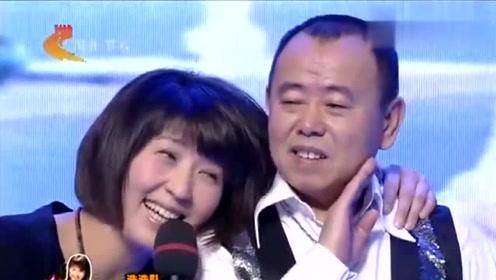 闫学晶演唱《永远伴随我一生》这歌声也太甜了吧!台上深情依偎潘长江!