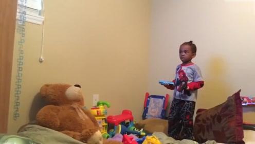 小女儿正在愣神,但是没想到小熊却突然动了,吓了她一跳!