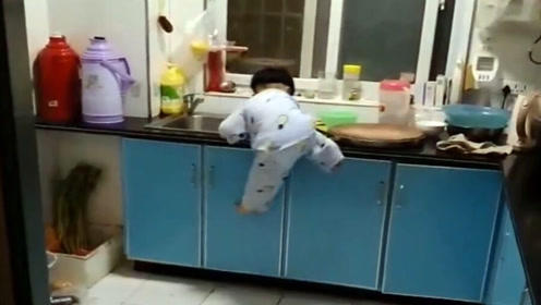 厨房里发现熊孩子,爬上灶台的这一幕动作,让妈妈都看愣了