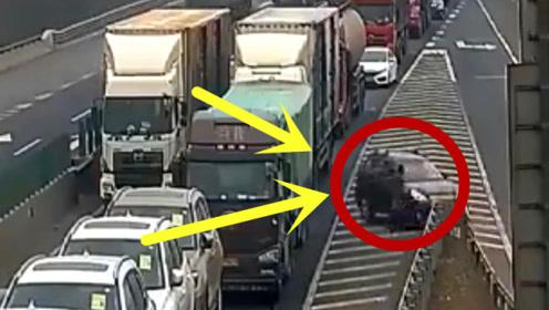 高速堵车司机一个糊涂决定惨死,监控回放,网友:不值得同情!