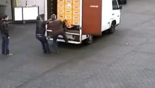 装卸工卸啤酒,为了省事想一下子全卸下来,结果亏大了!