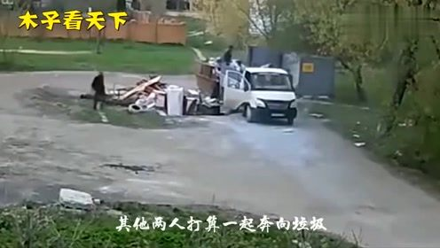 三男子正在倒垃圾,突然一阵巨响惊魂一幕发生了