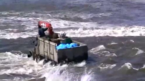 渡口上发生的一幕,车子简直是被水冲着走,佩服他们的勇气