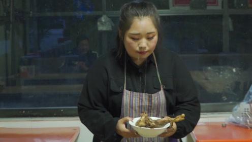 短剧:吃货服务员饭店老吃不饱,谁料偷偷吃客人的剩菜,太有趣了
