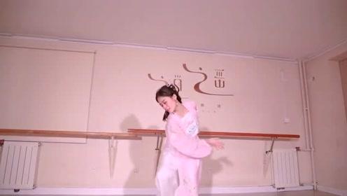 姐姐一个人在舞蹈室练习跳《三生缘》,优雅感十足!