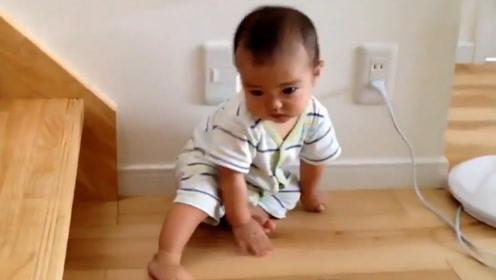 7个月的小宝宝想爬楼梯,结果摔倒了,直接委屈的大哭!