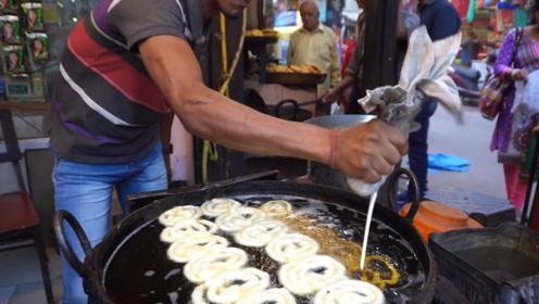 印度小伙街头卖特色小吃,1块1份,中国游客:是糖油果子的味道!