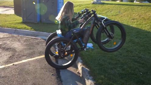 """小伙发明""""越野""""轮椅,将两自行车焊接在一起,女友玩的不亦乐乎"""