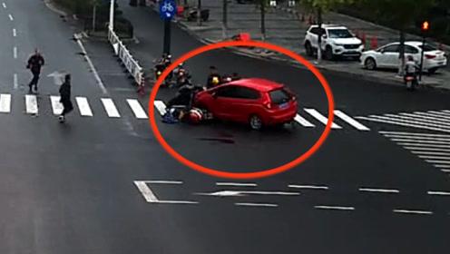 暖心!绍兴一小女孩被压车底 众人38秒抬车救人
