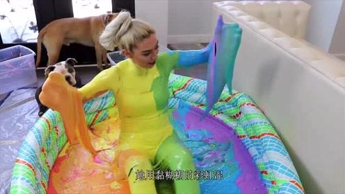 美女用100斤彩虹泥作死实验,泡进彩虹泥泳池后,如同把彩虹穿上身