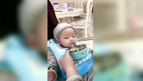 小宝宝吃面的本领是与生俱来的吗?太会吃了!