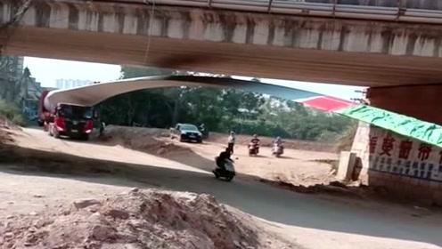 大货车拉风扇叶过桥洞,这种地方太考验技术了,交警亲自来维持次序!