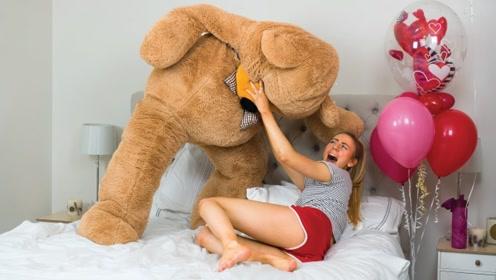 国外小伙变身巨型泰迪熊恶搞女友,被女友一脚踹飞,心疼你一秒!