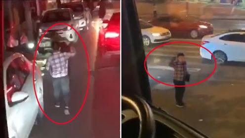 四川泸州:小男孩深夜为消防车带路两度敬礼 一系列动作感人被赞超级暖男