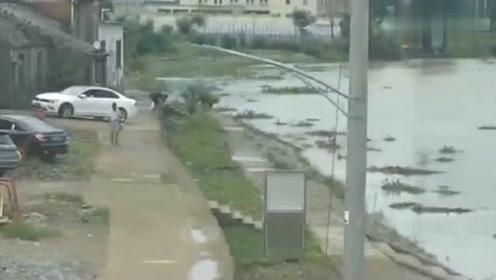 女司机一脚油门倒入河里,3秒后,村民的反应无敌了