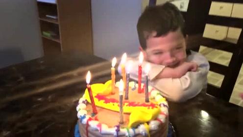 小男孩过生日,父母骗他没有礼物和蛋糕,下一秒却给了娃一个惊喜