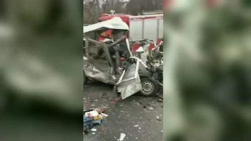 一面包车与罐车相撞!致8死6伤