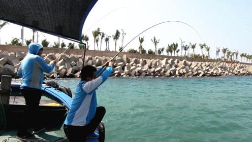 """渔夫大风大浪出海钓鱼,地球哥放大招""""打窝"""",看乐了"""