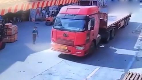 刚刚还在低头看手机的男子,突然面前驶来一辆大货车,我就知道意外要发生了