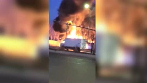 哈尔滨一辆牵引挂车着火 现场浓烟滚滚