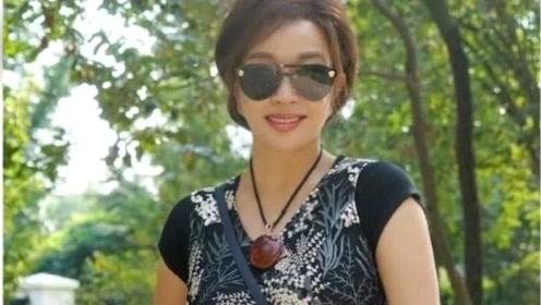 67岁刘晓庆晒自拍耳朵变形 被网友群嘲P图过度秒删照片