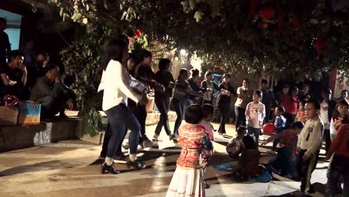 傈僳族小孩在傈僳族欢快的舞蹈熏陶中长大,所以天生就会跳舞