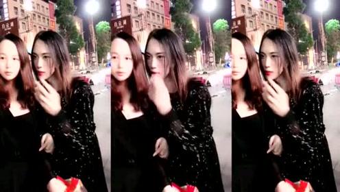 网红一枝梅大街上和粉丝互动,还发零食,真的接地气