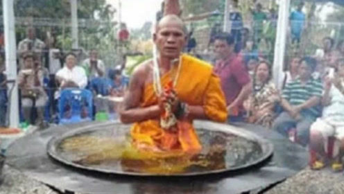 """泰国高僧表演""""油锅""""打坐,却被游客当场拆穿,场面相当尴尬!"""