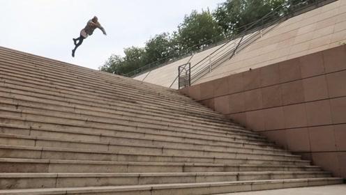 不可能完成的跑酷动作,一步跳25级台阶,小伙刚落地就被送进医院