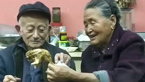 鸡腿你先吃,这就是真正的爱情吧,爷爷奶奶真是幸福了一辈子了!