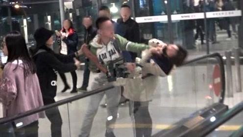 女粉丝在机场接机被男主播掐住脖子 Baby上前阻止并安慰粉丝
