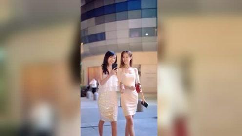 夜晚街头遇到两个刚下班的姑娘,时尚靓丽身材好,真羡慕那些幸运的人