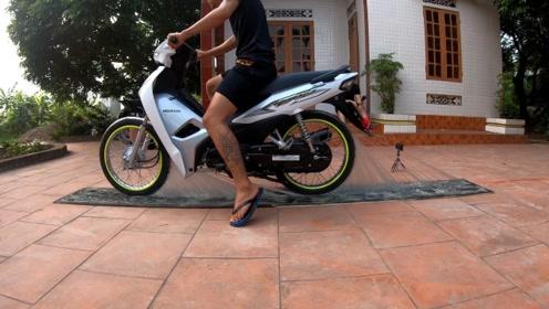 小伙直接用摩托车硬杠胶水,这一手下去,画面太美了!