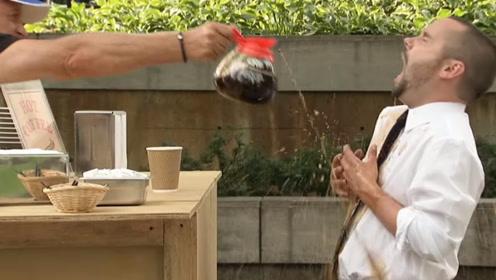 因为觉得很冷购买热咖啡,摊主直接将热咖啡倒在了老外身上,路人惊呆