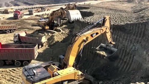 巨型挖掘机挖土装车,工作效率牛的很!