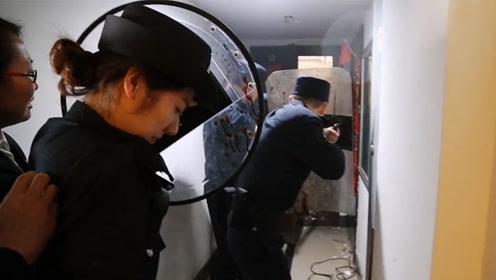 """房产被拍卖""""老赖""""拒不搬走,法院强制执行遭扔刀对抗,场面激烈"""