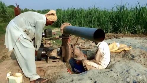 """印度农民摆弄一台古董""""大炮"""",网友:这个水平太落后了"""