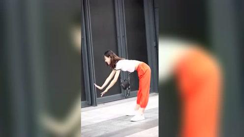 杭州街拍小姐姐,一上来就放大招,这么平的手,不去抹墙可惜了!