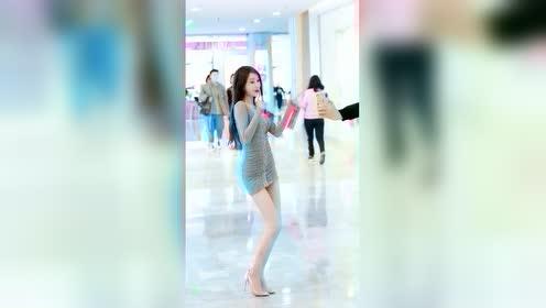 商场里遇到网红小姐姐跳舞,这身材和颜值,腿上的伤是怎么回事?