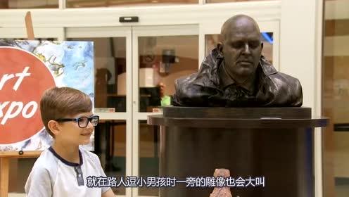 拿恐龙逗小男孩玩耍,没想到一旁的雕像却动了,吓得路人惊叫出声