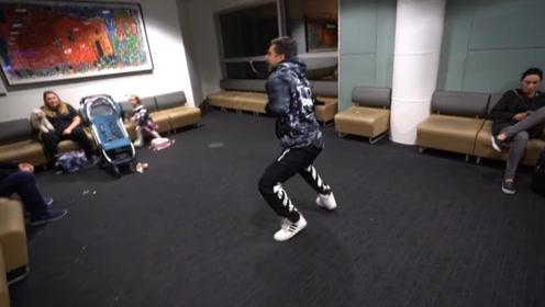 好一个机场show!二哥扮演大猩猩,弟弟则给路人跳舞