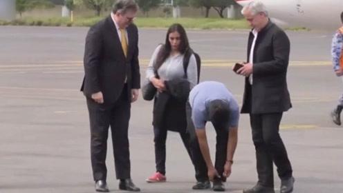 玻利维亚总统被轰下台后 飞机遭多国家拒绝 刚到墨西哥鞋带也松了