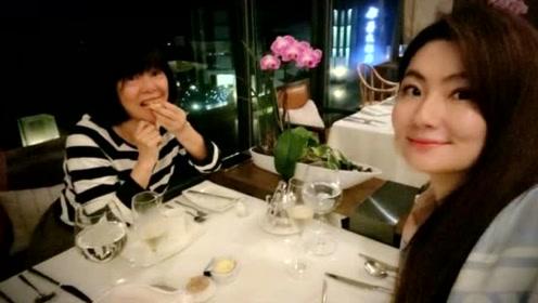 Selina与妈妈约会享受美食 母女俩颜值高似姐妹