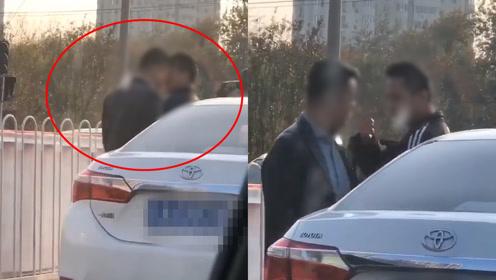 """奇葩干架!马路中吵架,北京两男子""""斗牛式""""互相头槌"""