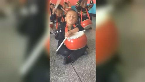 睡神附体!小男孩坐在地上打瞌睡,同学打鼓都没吵醒