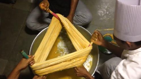 印度小伙作坊里做小吃,6元1份,一天做200份,日收入1000!