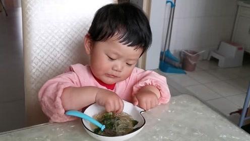 宝宝陪爸爸吃早饭,看到宝宝表现这么棒,心里别提有多高兴!