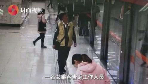 女子坐地铁衣服被夹无奈只开对侧门 果断弃衣去上班